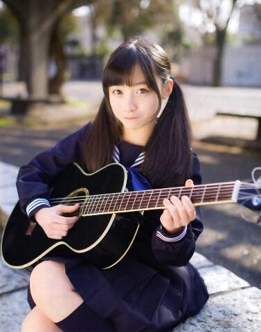 橋本環奈 セーラー服 ギター